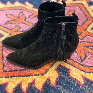 Pointed toe GUESS ankle boots